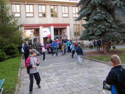 Na startu pochodu před ZŠ Duhová cesta